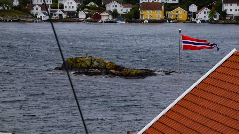 GIKK PÅ SKJÆR: Promilleferden utover Galtesund endte på land på Ringskjær like utenfor Pelle-brygga ved Torjusholmen. Foto: Esben Holm Eskelund