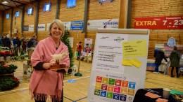 LEKSEHJELP: Ellen Dale i Tromøy Frivilligsentral ønsker både de som kan hjelpe med lekser og de som har et øre å låne bort til elever som vil øve på å lese. Arkivfoto