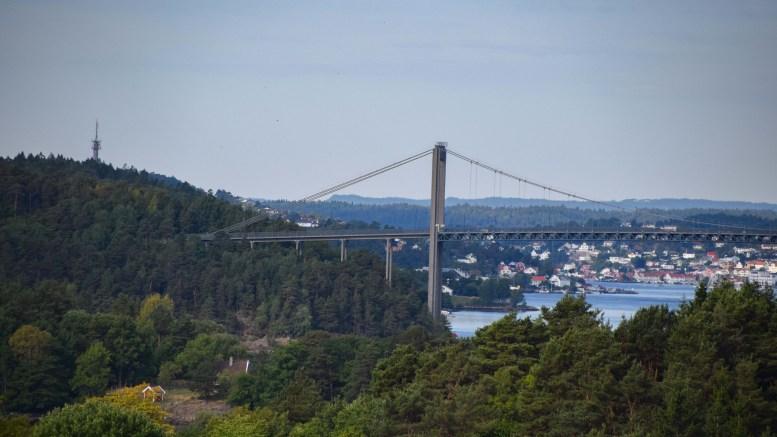 TROMØYBROA: En person skal natt til tirsdag ha ønsket å hoppe fra broa. Arkivfoto