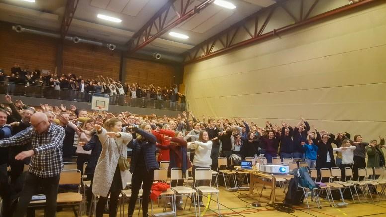 MESTRINGSTRIKS: Nær 300 foreldre, foresatte og andre fikk praktiske utfordringer for å lære mestringsfølelse under obligatorisk foreldremøte for Roligheden skole i Tromøyhallen. Foto: Ellen Knudsen
