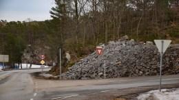STEINFYLLING: Metervis med steinmasser er lagt i en dump i Holtet. Vegvesenet har forklaringen på hvorfor. Foto: Esben Holm Eskelund