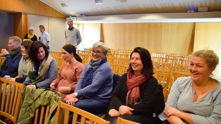 BARNEHAGEDEBATT: Enhetsleder Johnny Svensvik (t.v.) hadde tatt med seg en rekke medarbeidere fra enheten for å følge debatten frem til bystyrevedtak om bygging av ny kommunal barnehage på Marisberg. Foto: Esben Holm Eskelund