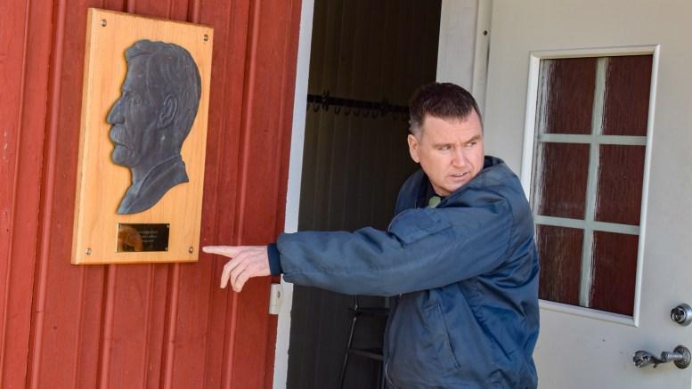 HENRY LAWSON: Professor og Lawson-ekspert Gregory Bryan ble overveldet i møte med røttene til sin australske favorittforfatter på Flademoen. Foto: Esben Holm Eskelund