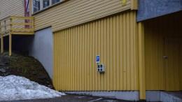 LADESTASJONER: På Sandnes skole er det to ladestasjoner for elbil. Men blir de brukt? lurte tromøypolitiker Milly Olimstad Grundsen på. Foto: Esben Holm Eskelund