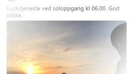 PÅSKEMORGEN: Alliansen-leder Hans Jørgen Lysglimt Johansen var tilfeldigvis på Spornes på Tromøy da menigheten kom for å feire oppstandelsen da solen rant påskemorgen. Faksimile: Twitter
