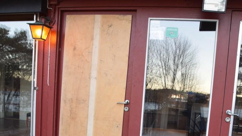RAIDET HOVE: I november i fjor tok uvedkommende seg inn i kafébygget på Hove Camping ved å knuse vinduet i døren. Foto: Esben Holm Eskelund
