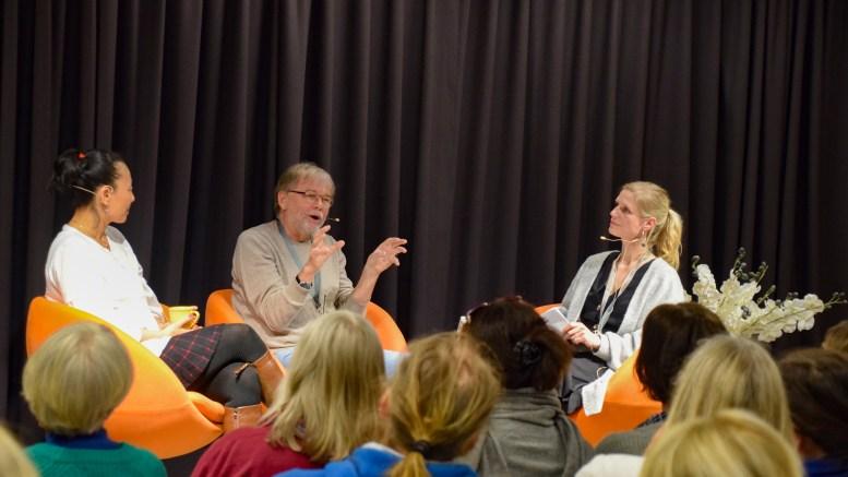 MESTERMØTE: Hilde Elise Bie (t.h.) ledet tromøyforfatter MiRee Abrahamsen og Jostein Gaarder i samtale under mestermøte på Arendal bibliotek. Foto: Esben Holm Eskelund