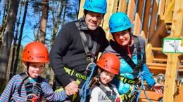 KLATREFAMILIEN: Familien Skauen Narvestad hadde tatt turen til åpningen av Troll Park Hove på Tromøy påskeaften. Foto: Esben Holm Eskelund