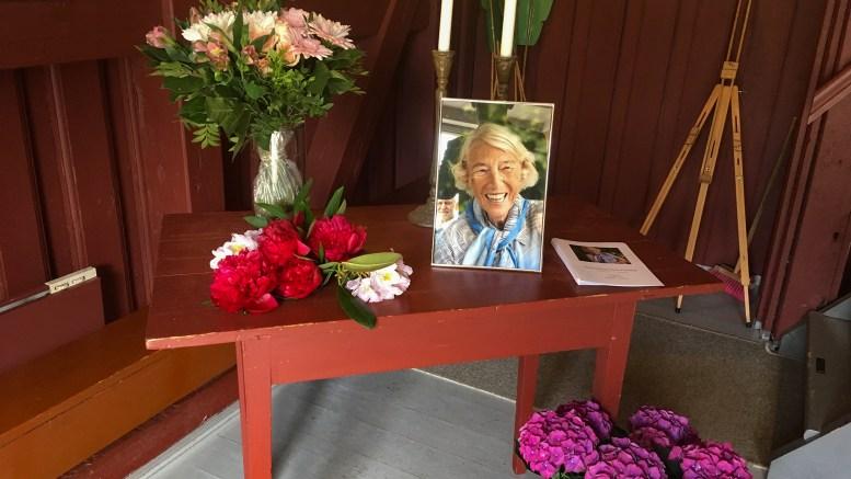 TROMØY KIRKE: Tidligere fylkesmann i Aust-Agder, Signe Marie Stray Ryssdal (94) ble bisatt i en vakker seremoni. Foto: Esben Holm Eskelund
