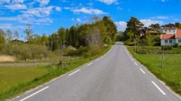 FARLIG KRYSS: Like over bakketoppen på bildet møtes Tromøy kirkevei og Spornesveien. Statens vegvesen mener det holder med skilting av at krysset er farlig 150 meter før. Foto: Esben Holm Eskelund
