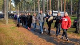 TAR TOGET IGJEN: Liv Arneberg (fremst) tar med seg aksjonsgruppen Bevar Hoveodden til sentrum i Arendal på nasjonaldagen. Arkivfoto