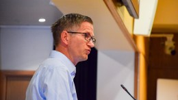 BUNNSTOFF: Ordfører Robert C. Nordli svarte på interpellasjon fra tre Frp-politikere om alternativer til miljøfarlig bunnstoff i forrige bystyremøte. Foto: Esben Holm Eskelund