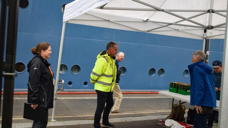 CRUISEVAKT: Havnesjef Rune Hvass i Arendal havn KF måtte trø til da alle kaianleggene var smekkfulle forrige onsdag. Foto: Esben Holm Eskelund