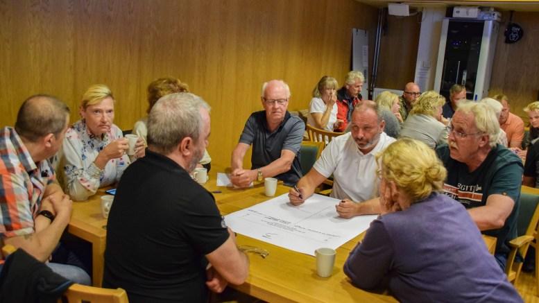 UTVIKLINGSBORDET: Geir Hammersmark, næringsrådgiver i Arendal kommune, (hvit skjorte) avviste at svarene som ble gitt rundt bordet om utvikling på Hove, ble vridd på. Foto: Esben Holm Eskelund