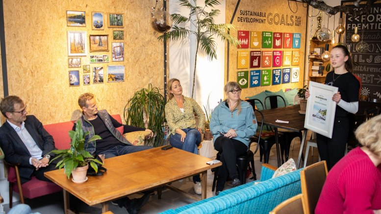 MILJØPRIS: Maja Hestness Trommestad mottok nystiftet miljøpris for sitt engasjement i miljødebatten. Foto: Arendal Venstre/Facebook