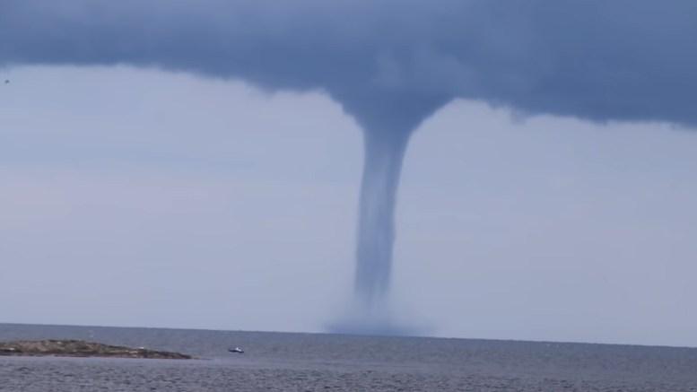 SKYPUMPER: I 2014 sto flere skypumper og roterte på utsiden av kysten for Tromøy og Arendal. Foto: YouTube-video/Mats Löfman.