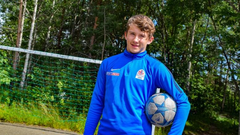 TRAUMA-TALENT: Adrian Siqveland Sunde (14) har fått en mulighet mange unge fotballtalenter på Sørlandet drømmer om. Foto: Esben Holm Eskelund