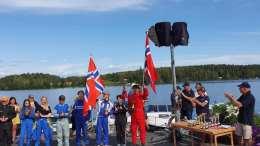 FULL UTTELLING: Daniel Ager-Wick feirer til høyre i bildet med norsk flagg og rød racedress etter seier på Norasjön i Sverige. Foto: Daniel Ager-Wick Racing/Facebook