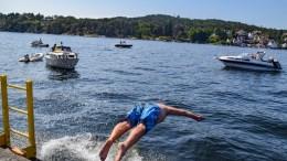 BADEJAZZ: Canal Street-sjef Mats Aronsen kunne ikke la være å teste ut badefasilitetene på Bratteklev Skipsverft og stupte ut i Galtesund. Foto: Esben Holm Eskelund