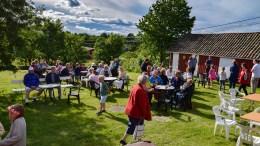 MANGE KOM: Både fastboende, feriegjester og andre nysgjerrige samlet seg til en hyggelig sammenkomst i nærmiljøet ved Flademoen sist onsdag. Foto: Esben Holm Eskelund