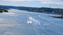 TROMØYSUND: Ifølge politiet skal båter ha kollidert og personer falt i vannet i Tromøysund fredag ettermiddag. Foto: Esben Holm Eskelund