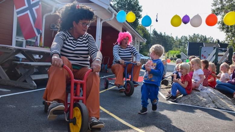 ÅPNET UTEOMRÅDE: Karius og Baktus hadde tatt fri fra tennene til Jens og innviet sykkelbanen i Fabakken barnehage. Foto: Esben Holm Eskelund