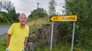 NAVNEPROTEST: I snart ti år har beboerne ved Kjenna ergret seg over å måtte bo i «Tjennaveien». Nå har Jan Olaf Jobsen satt i gang en kampanje for å få det godt innarbeidede navnet offisielt godkjent. Foto: Esben Holm Eskelund