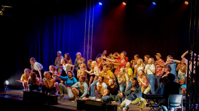 SPLÆSHCAMP: Over 400 ungdommer utfoldet seg på Splæshcamp på Hove i regi av Frilynt Norge. Her fra åpningen av revyen som ble skapt i løpet av fire dager av 44 ungdommer. Foto: Esben Holm Eskelund