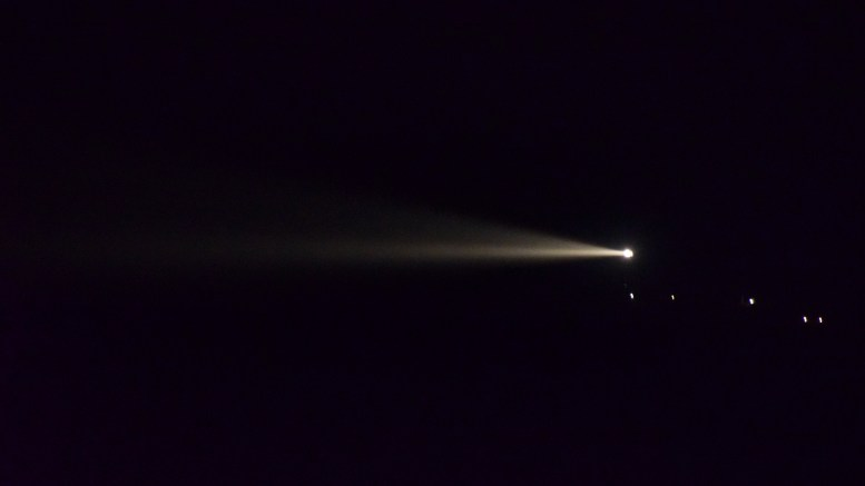 TRØBBEL I TÅRNET: Store Torungen fyr hadde lørdag kveld tydelige problemer med lyskasteren. Her sett fra Hoveodden. Foto: Esben Holm Eskelund