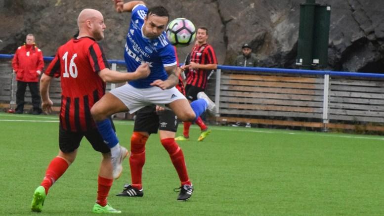TOPPSCORER: Wilhem Pepa er toppscorer for Trauma fotball i femtedivisjon så langt denne sesongen. Her jakter han målet på kamp mellom Øyestad og Trauma sist torsdag. Foto: Esben Holm Eskelund