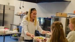 TROMØY FRITIDSFORUM: Her serverer prosjektleder Vibeke Dehli i Tromøy fritidsforum varm suppe etter skoletid til sultne skoleelever. Foto: Esben Holm Eskelund