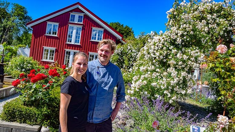HØSTUTSTILLING: Blomsterprakten er nok på hell i hagen på Bjellandstrand gård, når Fransisca Witsø og Kenneth Haugeland byr på flere dagers høstutstilling med lokale kunstnere. Arkivfoto