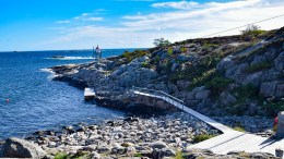 HAR GODKJENNING: Brygga og gangbroen på Gitmertangen fikk politikerne til så spørre og byggesaksavdelingen til å stusse. Nå er anlegget godkjent for andre gang, etter dispensasjon fra det doble byggeforbudet i området. Foto: Esben Holm Eskelund