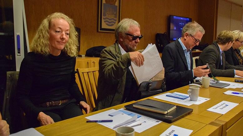 PÅ PLASS: Kristina Stenlund Larsen og Thore Kristian Karlsen er plassert på bakerste benk i bystyresalen sammen med Pensjonistpartiet, Helsepartiet og Høyre. Foto: Esben Holm Eskelund
