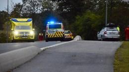 KOLLISJON: To biler kolliderte mandag kveld ved Hofstøl på Tromøy kirkevei. Foto: Esben Holm Eskelund