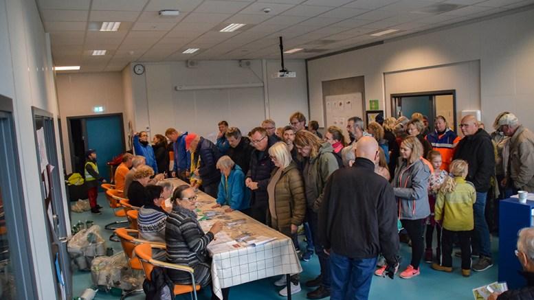 MANGE STILLER: Det var tilløp til kø da mange møtte frem på Roligheden skole for å få utdelt innsamlingsmateriell for årets TV-aksjon. Foto: Esben Holm Eskelund