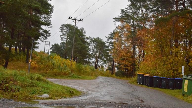 KIRKEGÅRDSUTVIDELSE: Fremtidens kirkegårdsutvidelse ved Tromøy kirke kan komme helt inntil Spornesveien. Foto: Esben Holm Eskelund