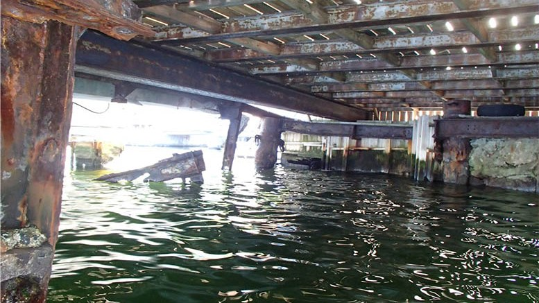 BØR UTBEDRES: Hovedkaia på Bratteklev skipsverft anbefales utbedret for å stanse videre skadeutvikling. Foto: fra rapporten