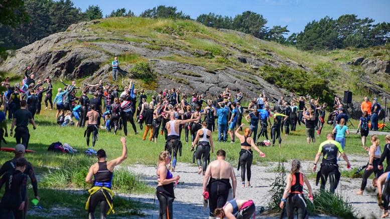 HOVE TRI: Flere hundre amatører samler seg til dyst på Hove og Hoveodden på Tromøy under Hove Tri. Foto: Esben Holm Eskelund