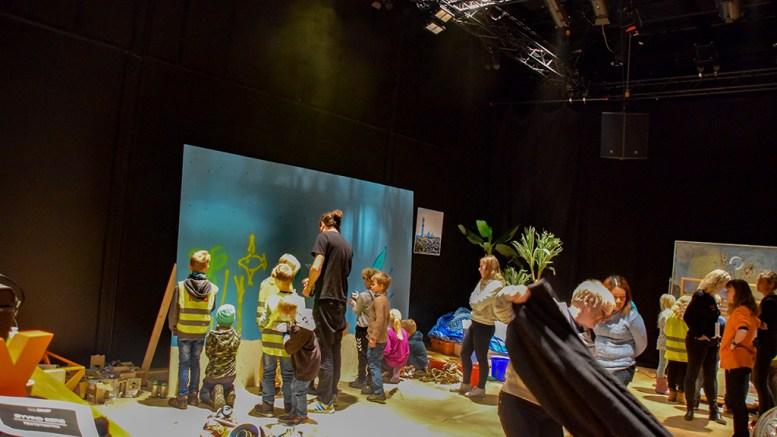 TEDX-KUNSTNERE: Elever fra Roligheden skole var med som kunstnerne av maring søppel de selv hadde plukket under Tedx Arendal fredag. Foto: Esben Holm Eskelund