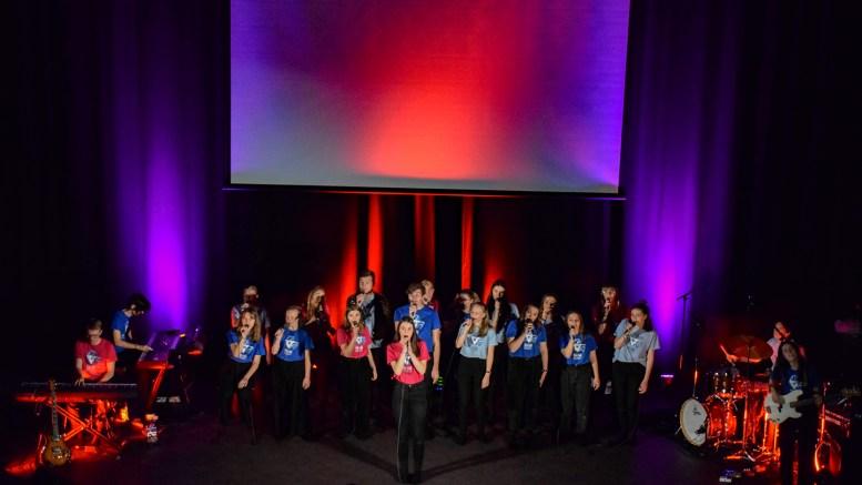 TEN SING NORWAY: Den splitter nye konsert- og teatersalen på Roligheden skole ble tatt i bruk med lyd og lys da Ten Sing Norway holdt konsert søndag kveld. Foto: Esben Holm Eskelund