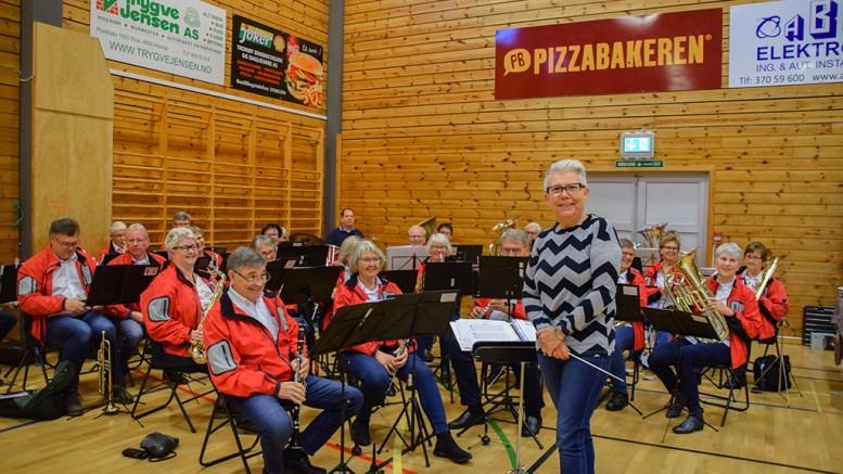 TROMØY VETERANKORPS: Musikantene i korpset under ledelse av Siri Jørgensen er klare for å sette tromøyfolket i julestemning. Foto: Esben Holm Eskelund