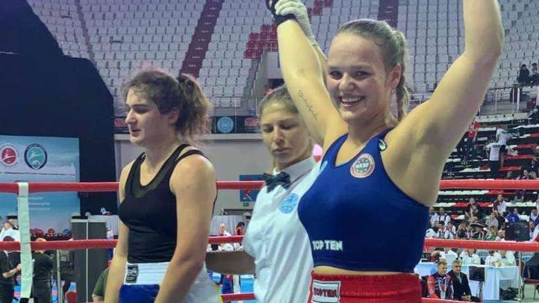 VM-DEBUT: Amalie Anker Johansson fra Tromøy debuterte i verdensmesterskapet i kickboksing med å ta bronsemedalje og tredjeplass. Foto: Privat