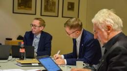 BUDSJETTDEBATT: Vararordfører Terje Eikin (Krf), ordfører Robert C. Nordli (Ap) og rådmann Harald Danielsen lytter til debatten i budsjettmøte mandag morgen. Foto: Esben Holm Eskelund