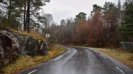 TRAFIKKSIKRING: Arendal kirkelige fellesråd vil ha lavere fartsgrense, fotgjengerfelt og fartshumper flere steder ved Færvik kirke. Foto: Esben Holm Eskelund