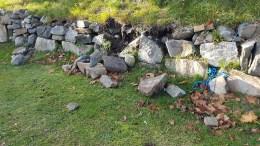RASER UT: Steimuren på Skare raser ut, og naboen ber Arendal kommune ta affære. Foto: fra klagen
