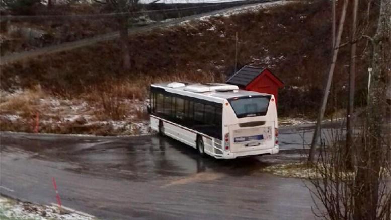 BUSSTRØBBEL: Bussen fra Skare fikk trøbbel på det glatte føret tirsdag morgen. Foto: Tipser