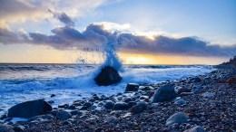 DESMEBER I RAET: Store bølger og kraftige dønninger var søndagens høydepunkt mellom Spornes og Hove. Foto: Esben Holm Eskelund