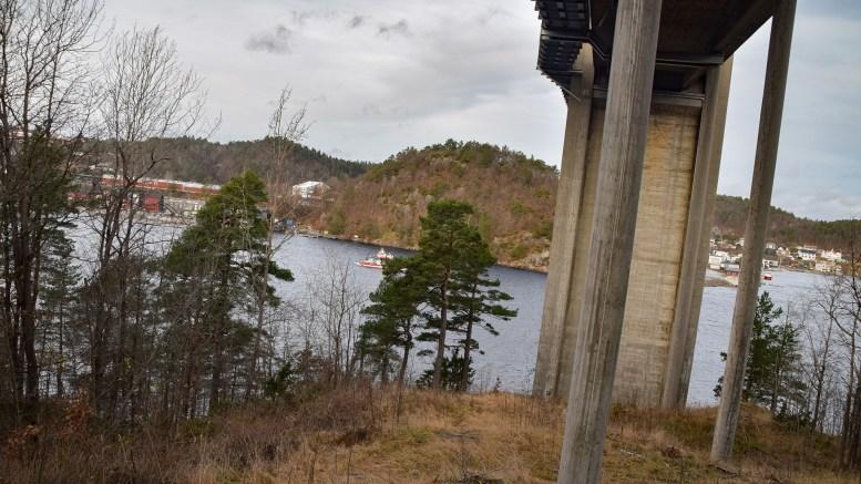 RISIKO- OG SÅRBARHET: Om Tromøybroa settes ut av spill i kortere eller lengre tid, kan det få store konsekvenser. Det har Arendal kommune nå fått spørsmål om. Foto: Esben Holm Eskelund
