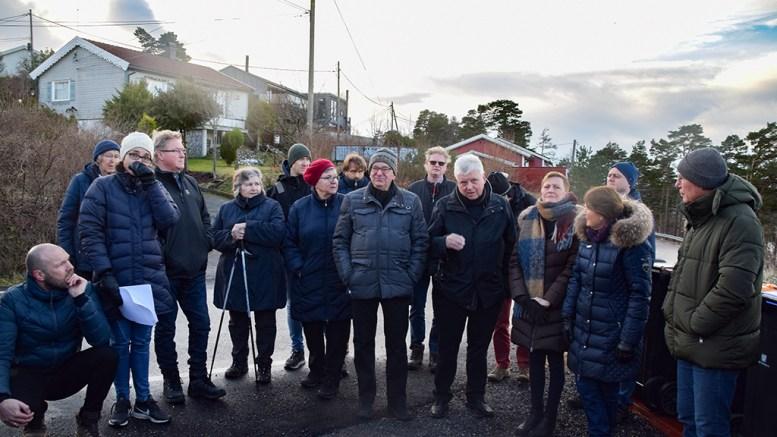 KAMUFLERTE BLOKKER: Jan Dønvik (nr. fire foran fra høyre) er ikke videre imponert over utbyggingsplanene for Brattekleiv utsikt. Foto: Esben Holm Eskelund